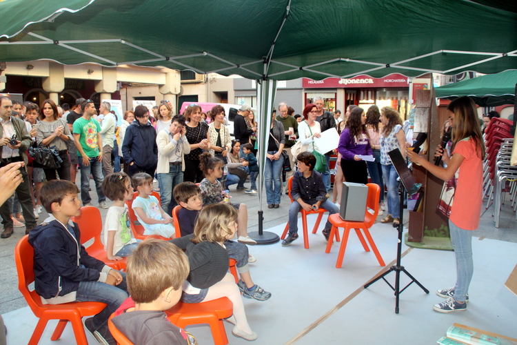 Cientos de amantes de la lectura disfrutan de una animada tarde protagonizada por Gloria Fuertes