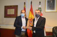 Vilas_recibiendo_la_Torre_de_la_catedral_Ayuntamiento_de_Barbastro