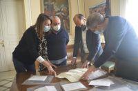 Examinando_un_pergamino_Ayuntamiento_de_Barbastro