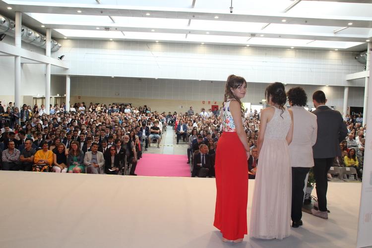 Los alumnos reciben los aplausos de un millar de familiares y amigos