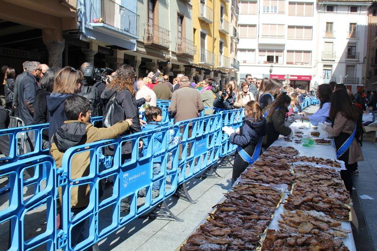 La Fiesta del Crespillo vuelve a endulzar el día repartiendo más de 12.000 dulces