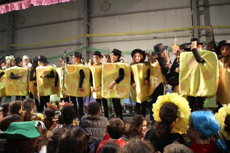 Cientos de los más variopintos personajes desfilan por la fiesta infantil de Carnaval