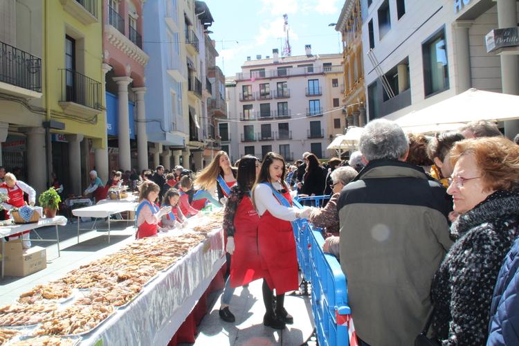 Alrededor de 14.000 dulces repartidos en dos horas en la Fiesta del Crespillo