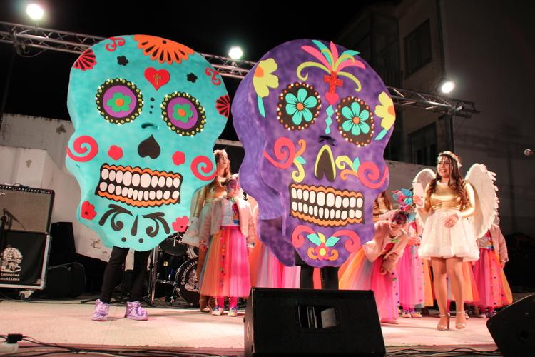 Cientos de disfrazados  participan en el pasacalles del Carnaval barbastrense
