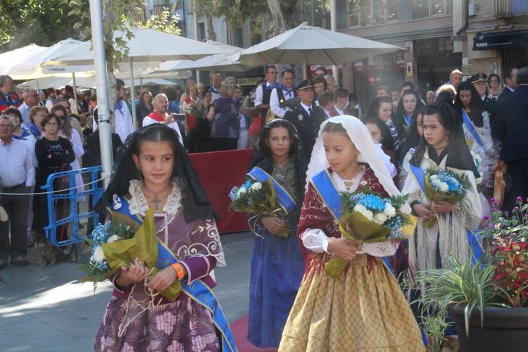 Medio centenar de asociaciones ofrecen flores y frutos a la Virgen