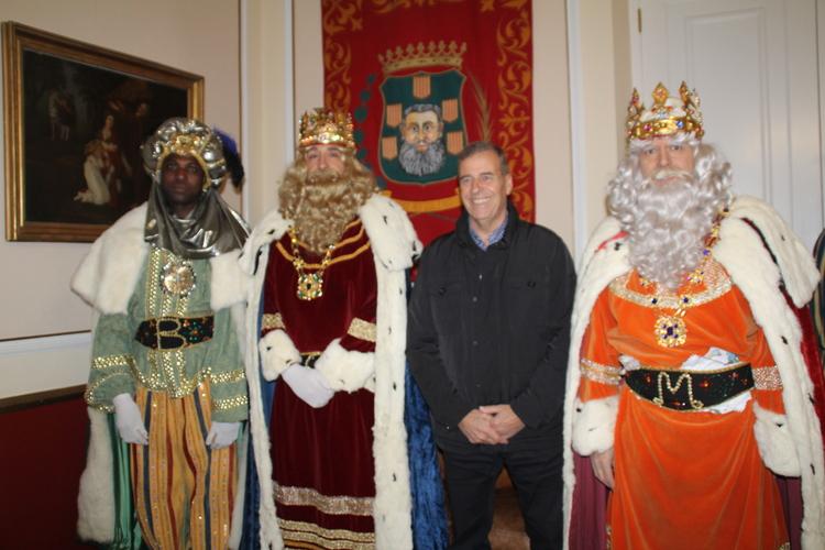 Centenares de barbastrenses reciben a los Reyes Magos a pesar del frío