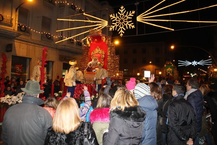 Los Reyes Magos llenan de ilusión Barbastro en la noche más mágica del año