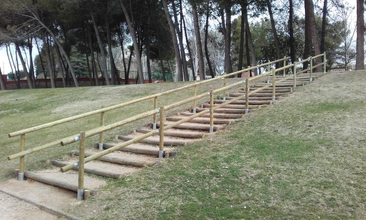 Servicios refuerza la seguridad de las escaleras del parque de La Paz
