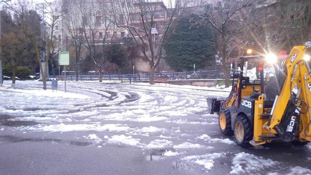 Los operarios del Área de Servicios del Ayuntamiento de Barbastro siguen limpiando calles y esparciendo sal por la ciudad