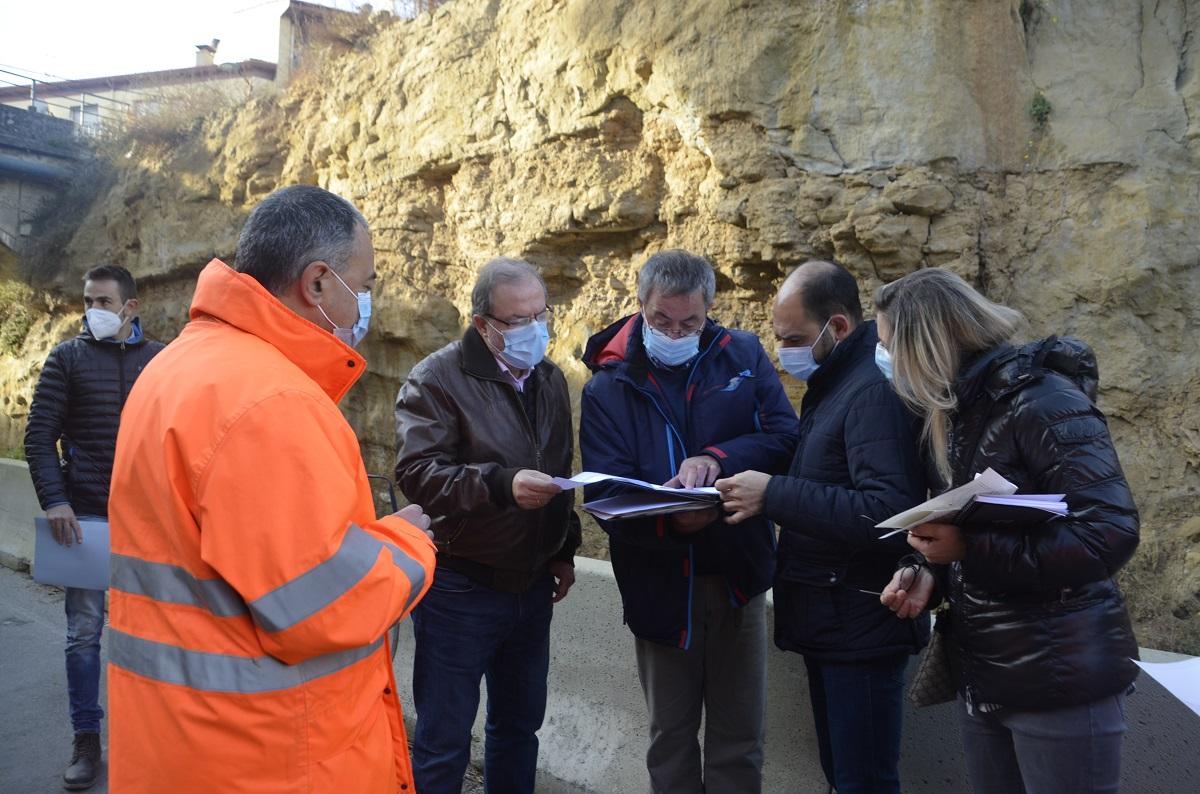 El director general de Carreteras realiza una visita técnica a la travesía y a los restos arqueológicos aparecidos en la carretera de Salas